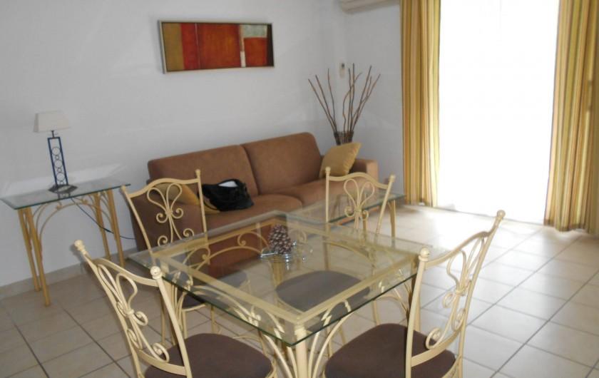 Location de vacances - Appartement à Alénya - vue de la pièce principale avec canapé convertible