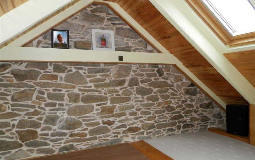 Location de vacances - Maison - Villa à Ploumoguer - Chambre mansardée - mur en pierre apparente