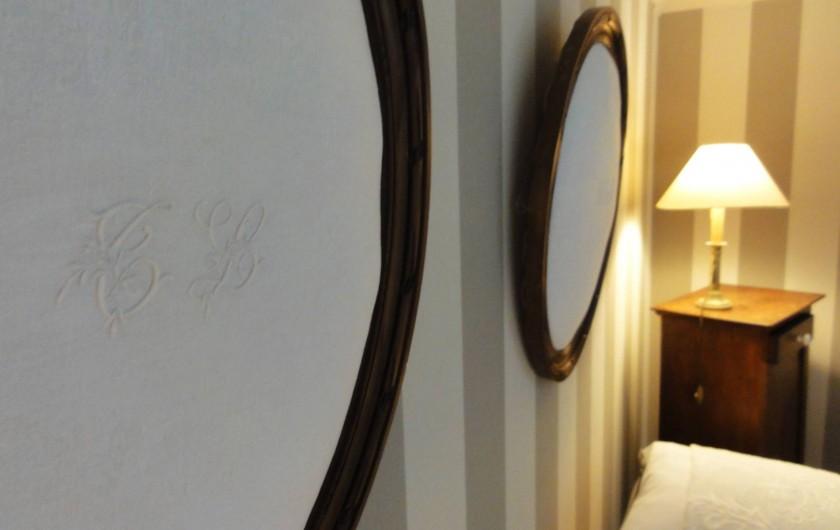Location de vacances - Chambre d'hôtes à Bois-Guilbert - Cadres ornés de broderies anciennes faisant office de tête de lit