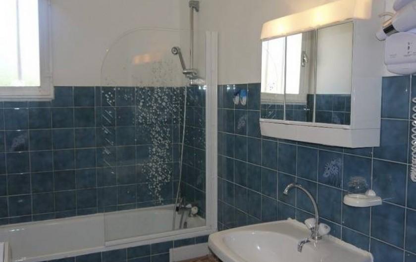 Location de vacances - Gîte à Castifao - salle d'eau avec baignoire