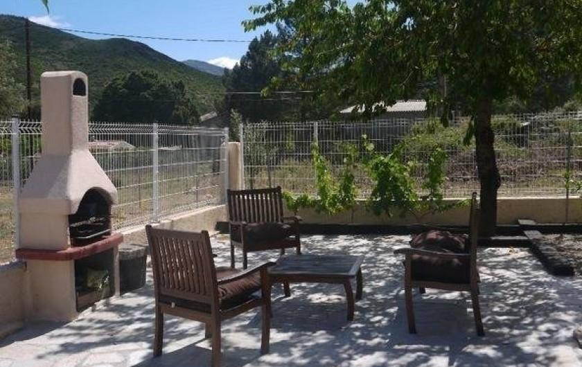 Location de vacances - Gîte à Castifao - salon jardin barbecue