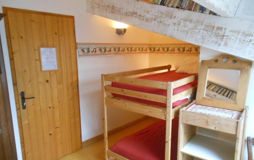 Location de vacances - Gîte à Gras - La montagne : 1 grand lit et 1 lit superposé.