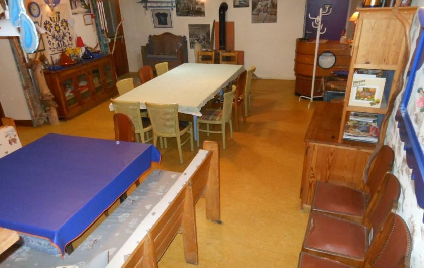 Location de vacances - Gîte à Gras - 20 places à table dans la même salle à manger. Et le poêle à bois !