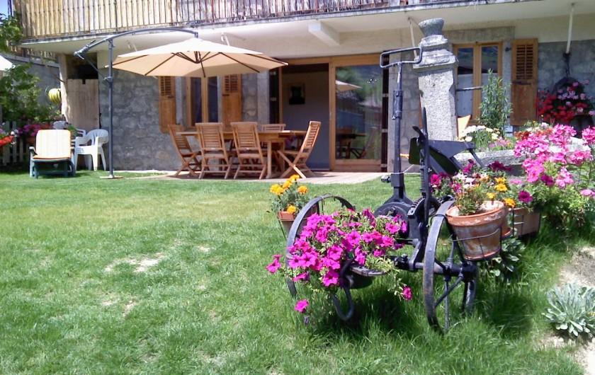 Location de vacances - Appartement à Combloux - la terrasse privée de l'appartement