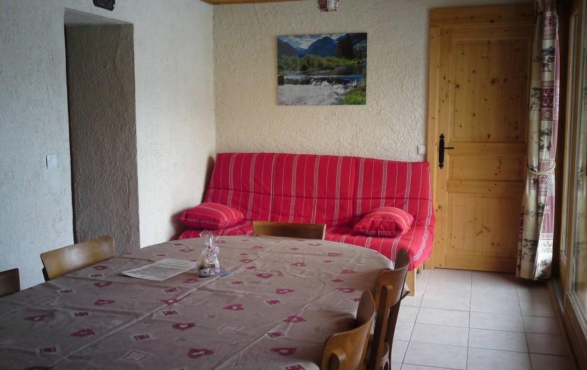 Location de vacances - Appartement à Combloux - salle à manger avec canapé 2 places