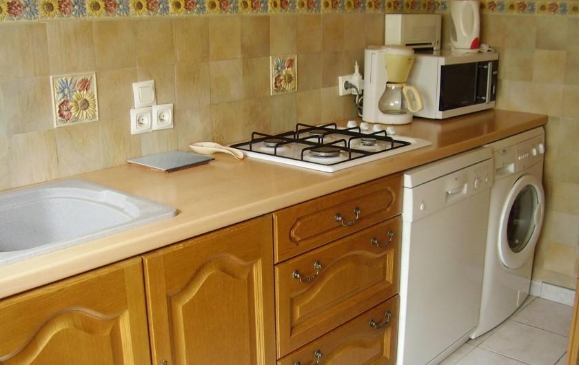 Location de vacances - Appartement à Combloux - cuisine avec lave vaisselle et lave-linge
