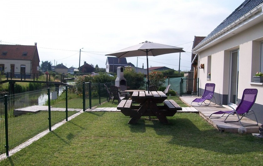 Location de vacances - Gîte à Saint-Omer - Terrasse arrière donnant sur la rivière