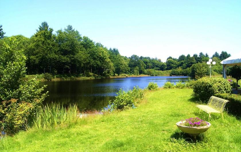 Location de vacances - Insolite à Sainte-Fortunade - L'étang du domaine
