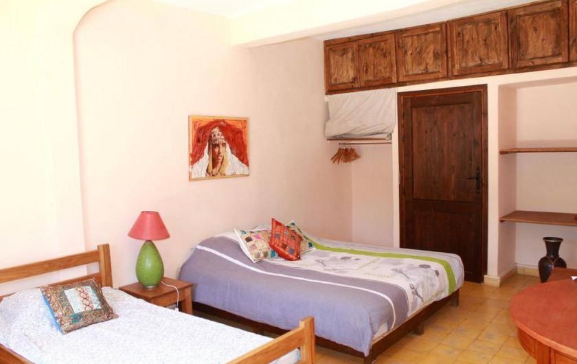 Location de vacances - Chambre d'hôtes à Agadir - vue d une chambre avec lit double et lit simple