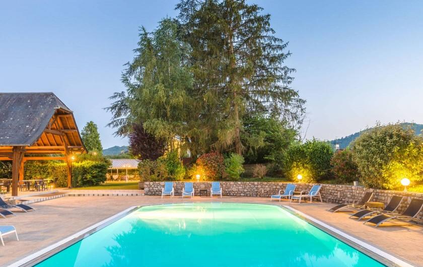 Location de vacances - Hôtel - Auberge à Argentat - Piscine extérieure chauffée dans parc ombragé à l'arrière de l'hôtel