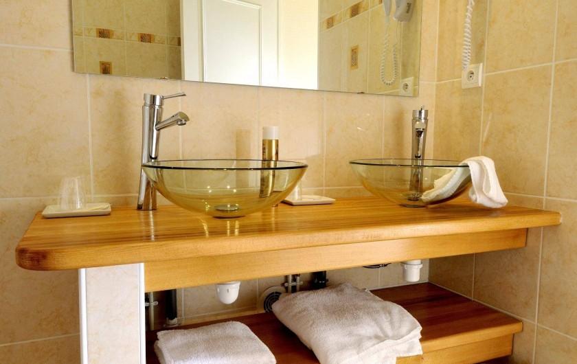 Location de vacances - Hôtel - Auberge à Argentat - Luminosité de la salle de bain chambre N° 19