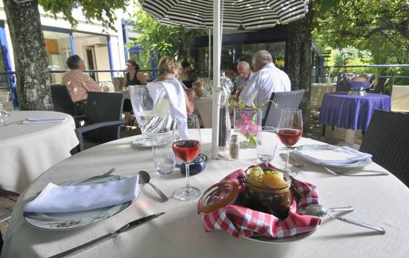 Location de vacances - Hôtel - Auberge à Argentat - Un déjeuner en terrasse au Sablier du Temps pour profiter des saveurs