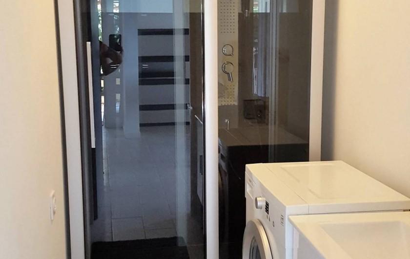 Location de vacances - Appartement à Sainte-Lucie de Porto-Vecchio - Salle de douche avec lave linge et cabine de douche120X 80