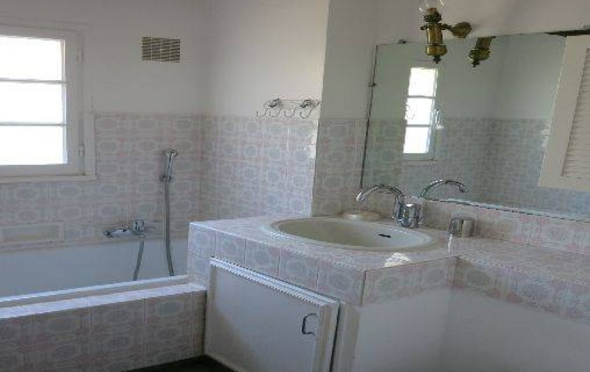 Location de vacances - Mas à Agay - Salle de bains: baignoire, lavabo et bidet