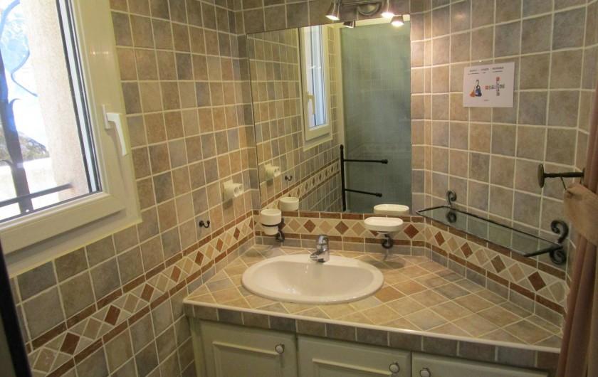 Location de vacances - Villa à Bagnols-en-Forêt - Salle de bain au rez-de chausée