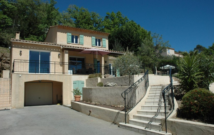 Location de vacances - Villa à Bagnols-en-Forêt - Toute la maison avec son escalier pour la terrasse.