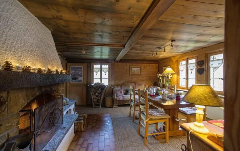 Location de vacances - Chalet à Les Diablerets - Salle à manger et la cheminée