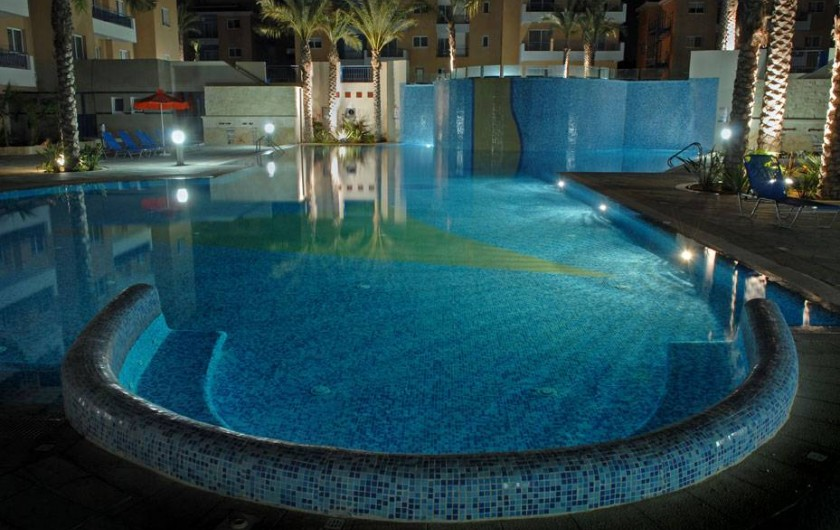 Location de vacances - Appartement à Paphos - Piscine et jacuzzi par la nuit