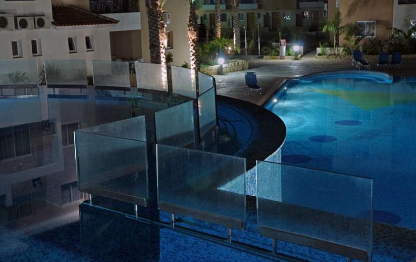 Location de vacances - Appartement à Paphos - Piscine par la nuit