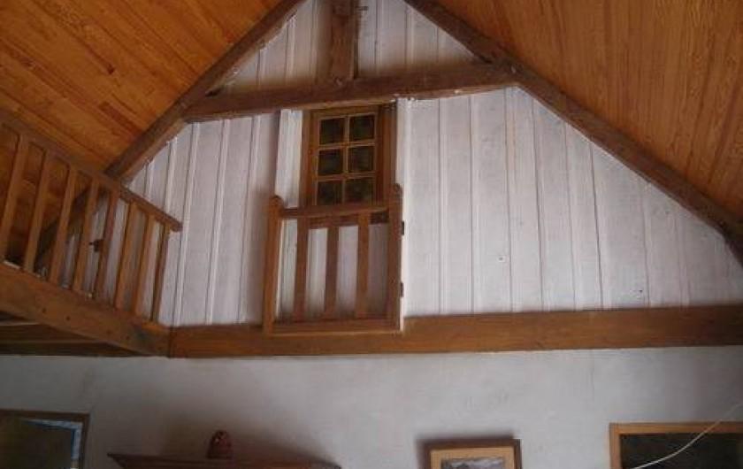 Location de vacances - Gîte à Laguenne - Le séjour est en loft sur toute la hauteur de cette ancienne grange (5 mètres)