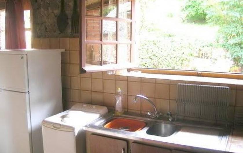 Location de vacances - Gîte à Laguenne - La cuisine ouvre sur la cour et son espace repas