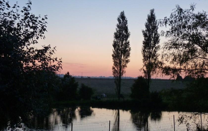 Location de vacances - Gîte à Plouégat-Moysan - L'étang de La Haie avec le coucher de soleil