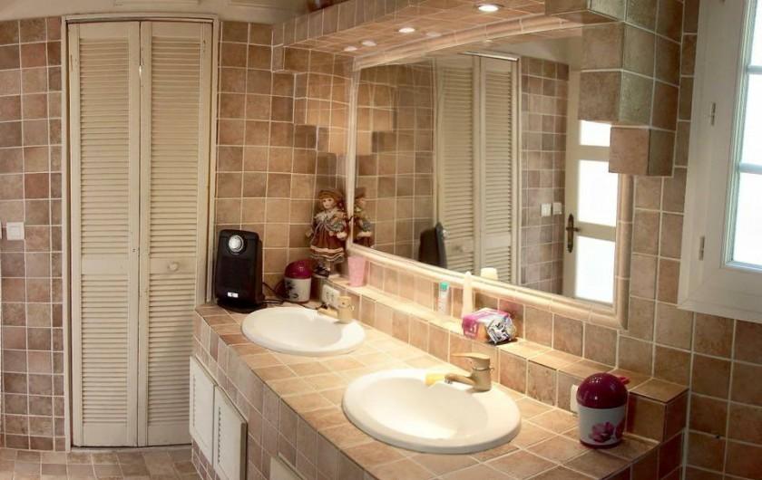 """Location de vacances - Appartement à Saint-Aygulf - Salle de bain appartement """"vue-mer"""""""