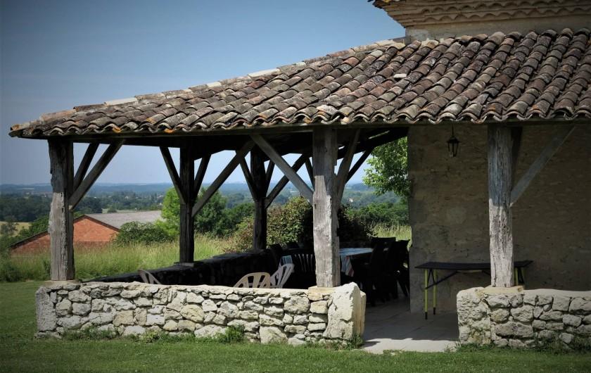 """Location de vacances - Gîte à Villeréal - Grande terrasse en """"L"""" de 40 m² sous auvent"""