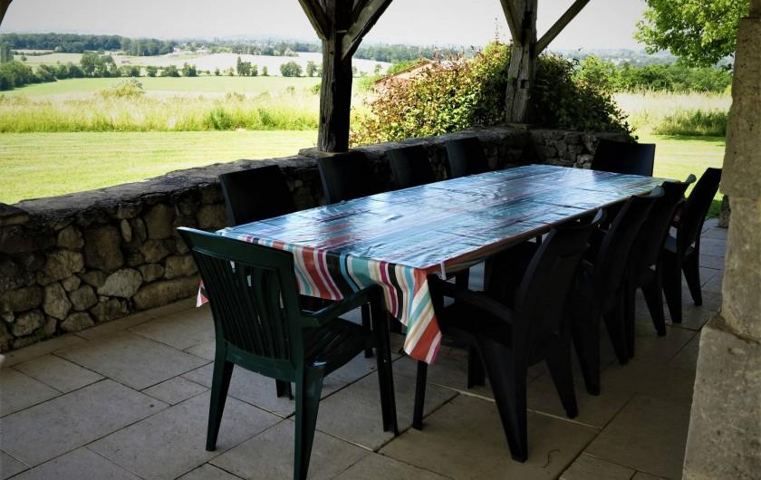 Location de vacances - Gîte à Villeréal - Grande terrasse sou auvent avec vue sur la vallée
