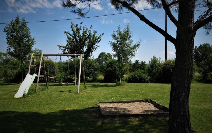 Location de vacances - Gîte à Villeréal - jardin - Bac à sable et balançoire toboggan