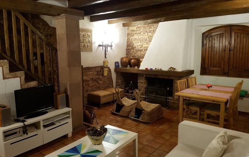 Location de vacances - Chalet à Tagamanent - Salle à manger avec cheminée,  tv, radio et cd  (en bas)