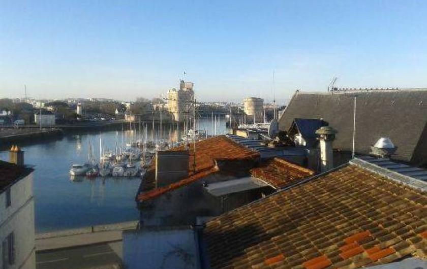 Location de vacances - Appartement à La Rochelle - Grand angle sur le Vieux Port en début de matinée