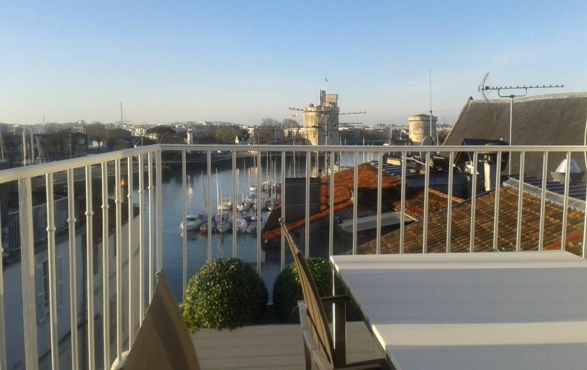 Location de vacances - Appartement à La Rochelle - Grand angle sur le Vieux Port en fin de matinée. Nouveau mobilier de terrasse.