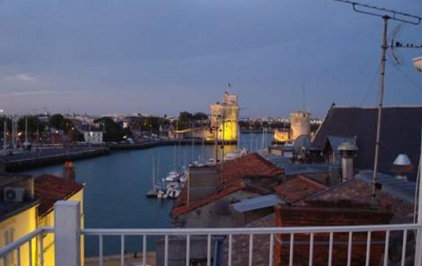 Location de vacances - Appartement à La Rochelle - Grand angle sur le Vieux Port à la tombée du jour