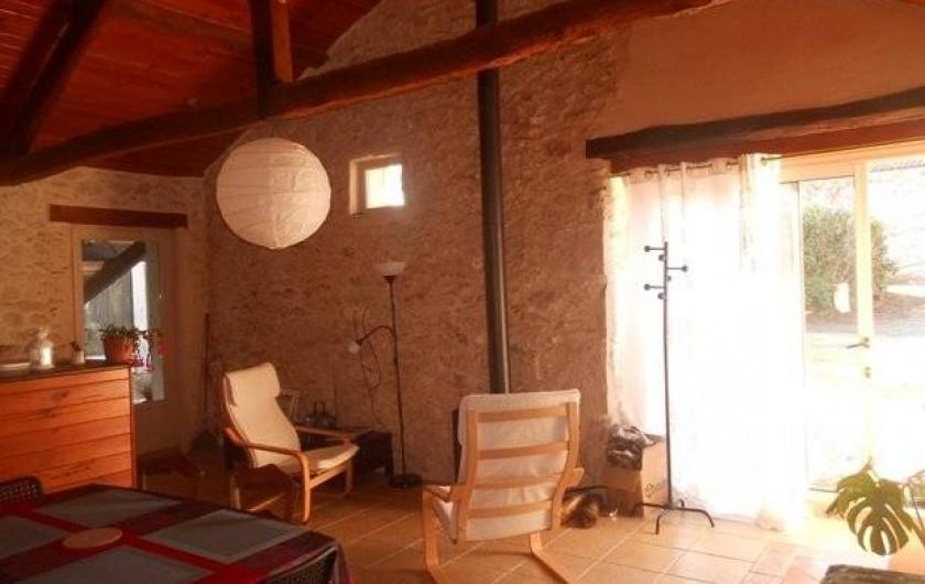 Location de vacances - Gîte à Tournon-d'Agenais - Gîte Prunier: espace salon-salle à manger avec poêle à bois