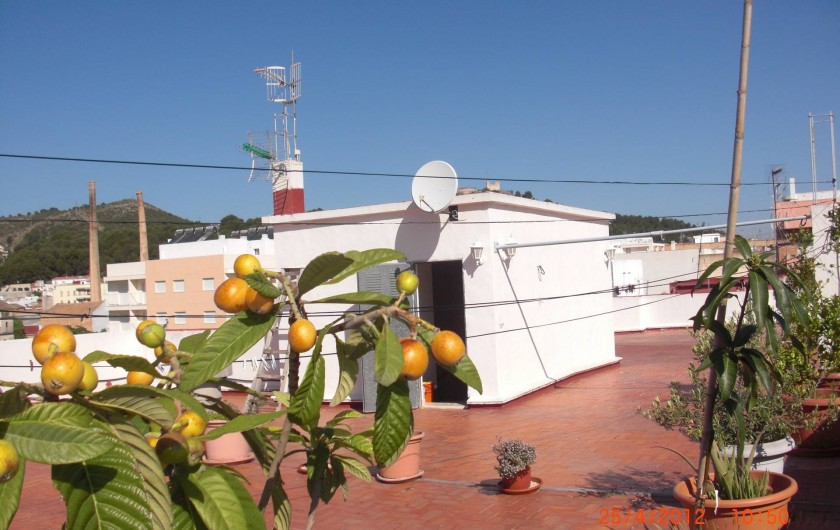 Location de vacances - Appartement à Valence - Terrasse au troisième étage avec vu sur montagne , oranger est ville d' Oliva.