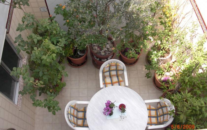 Location de vacances - Appartement à Valence - Patio au premier étage.