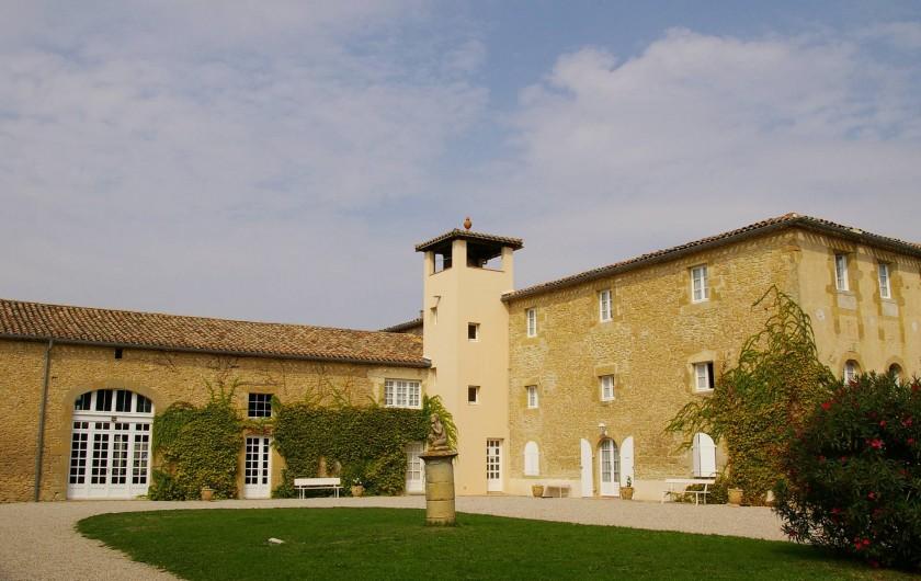 Location de vacances - Appartement à Airoux - la cour intérieure de la Ginelle et le bâtiment de la tour