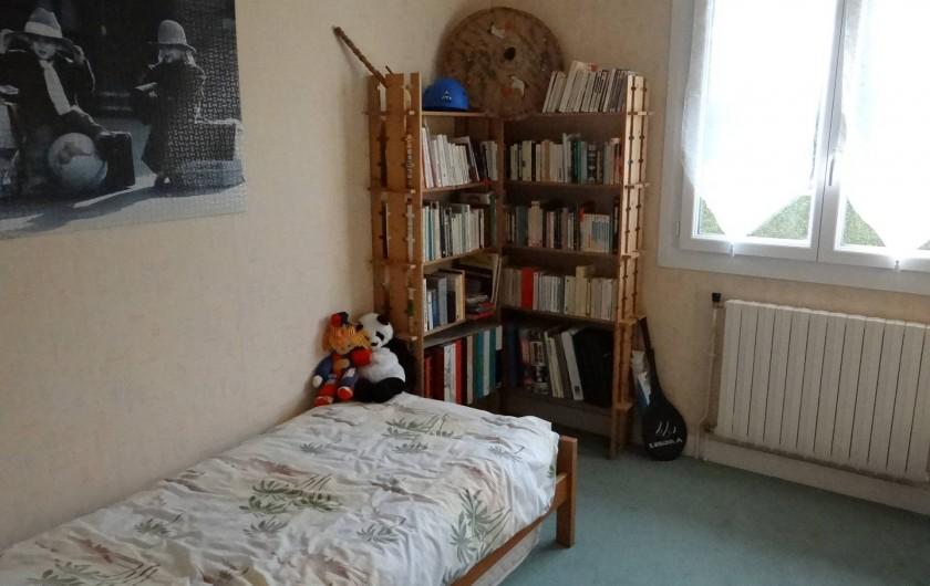 Location de vacances - Villa à Cormelles-le-Royal - Chambre du bas avec deux lits