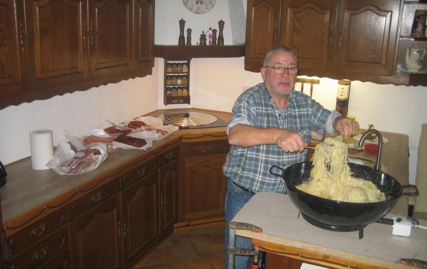 Location de vacances - Villa à Sondernach - le propriétaire vous prépare une choucroute