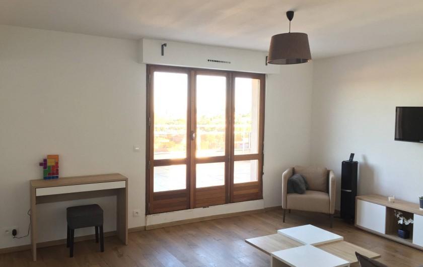 Location de vacances - Appartement à Aix-en-Provence - le séjour avec accès sur la terrasse