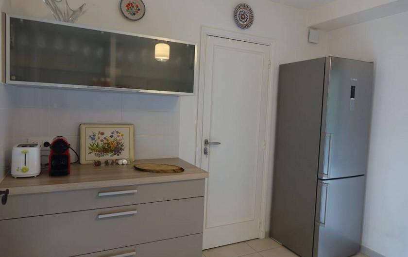 Location de vacances - Maison - Villa à Fondettes - cuisine côté desserte et frigo