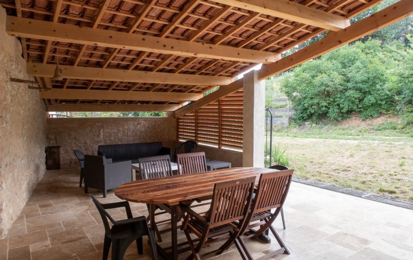 Location de vacances - Mas à Esparron-de-Verdon - Terrasse couverte, accès au jardin