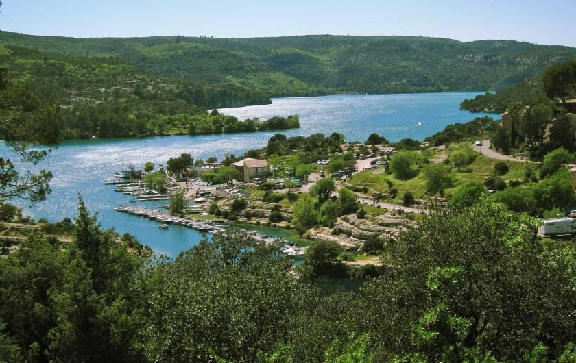 Location de vacances - Mas à Esparron-de-Verdon - Le Lac et le port d'Esparron de Verdon