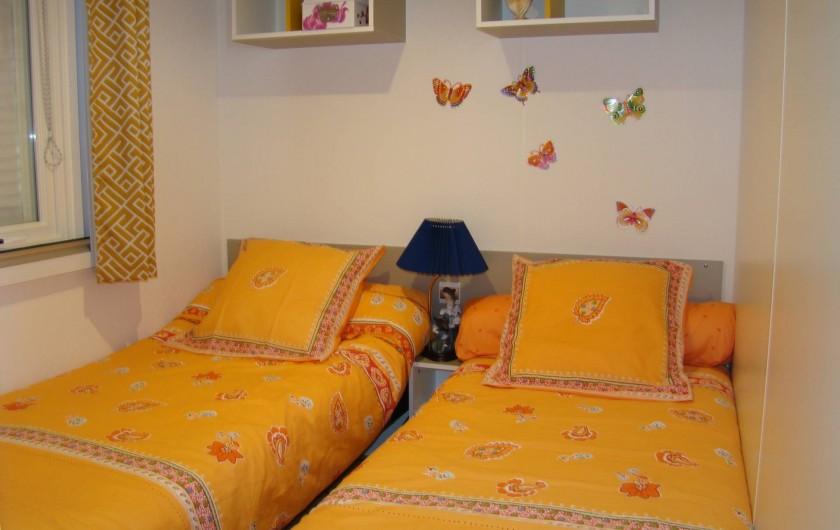 Location de vacances - Bungalow - Mobilhome à Saint-Aygulf - une des chambre d'enfants, une seconde  identique avec un  lit gigogne