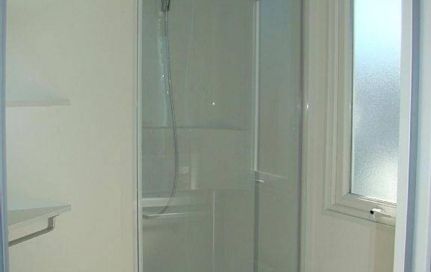 Location de vacances - Bungalow - Mobilhome à Saint-Aygulf - la salle de douche