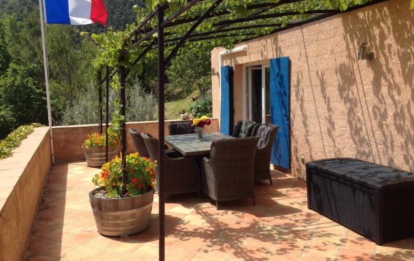 Location de vacances - Chambre d'hôtes à Bargemon - Terrasse sous autre angle