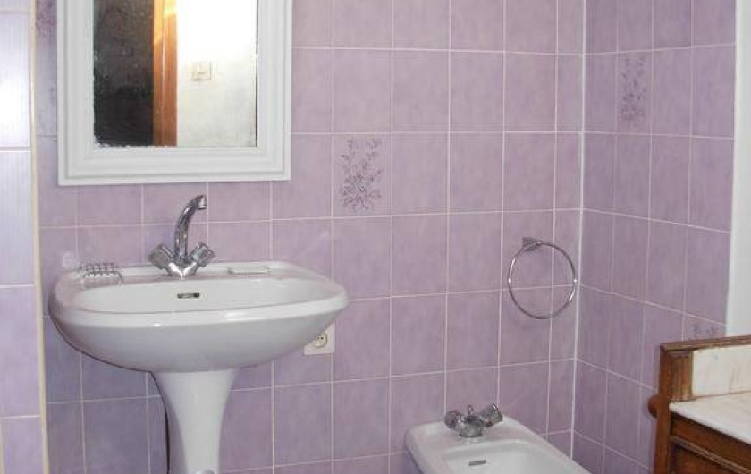 Location de vacances - Appartement à Villeneuve-Minervois - Salle de bains avec lavabo et bidet.