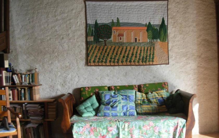 Location de vacances - Appartement à Villeneuve-Minervois - Salon  coin canapé et bibliothèque.