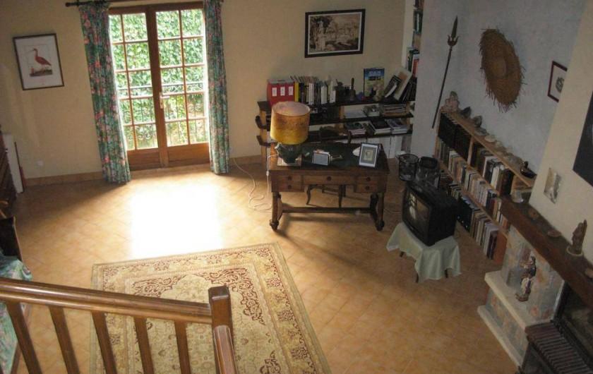 Location de vacances - Appartement à Villeneuve-Minervois - Vue sur le grand salon depuis la mezzanine.